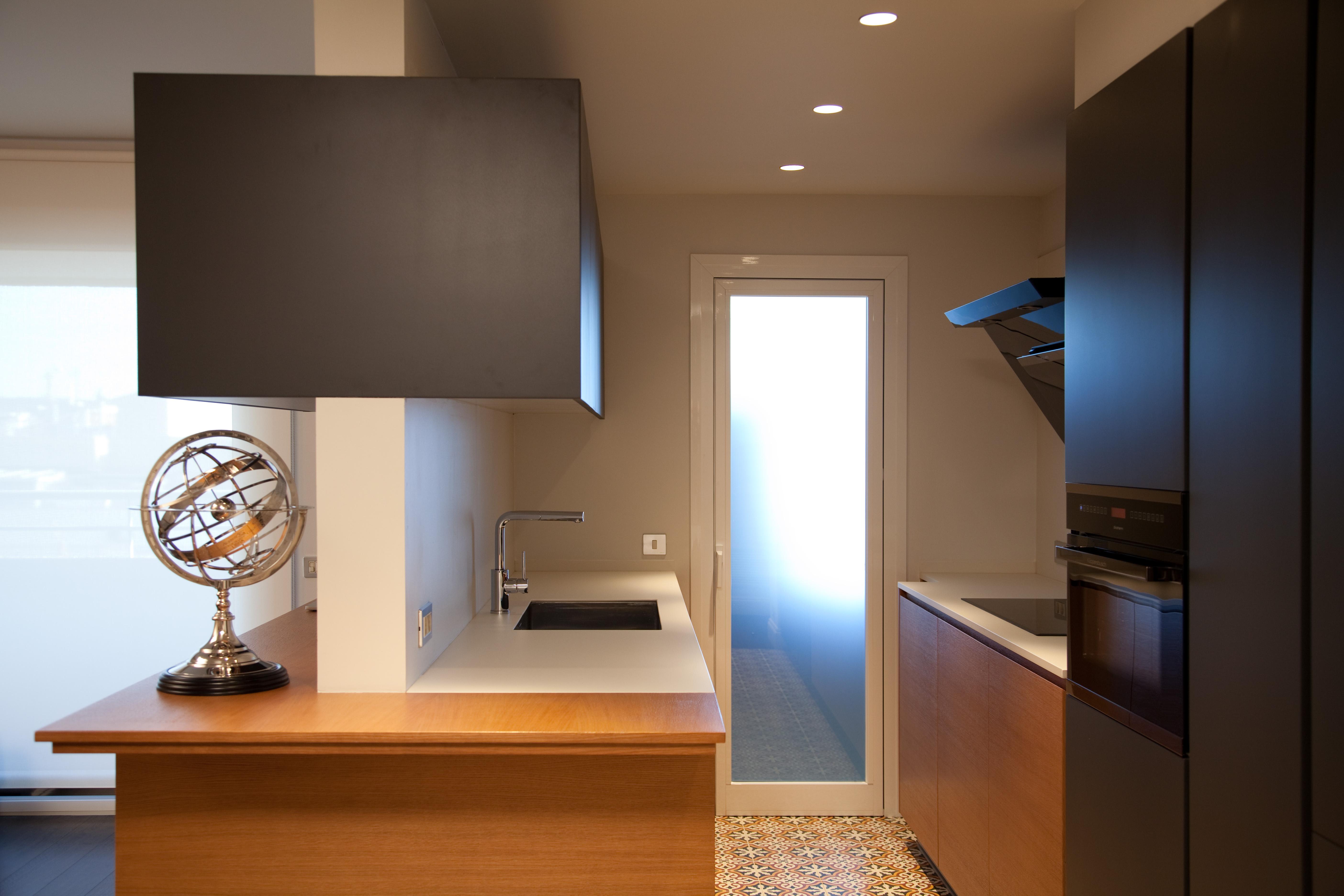 Cocina a medida acabados gris oscuro y roble barnizado for Cocina de madera gris oscuro